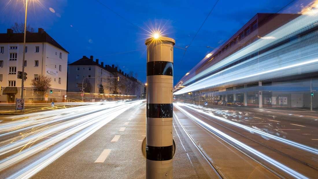 Eine Blitzsäule mit kombinierter Überwachung von Rotlicht und Geschwindigkeit