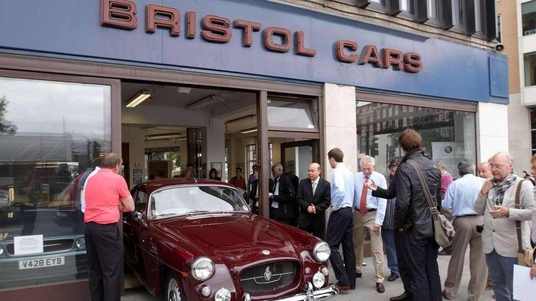 Vor dem Gebäude der Bristol Car Limited wird ein Modell vorgestellt.