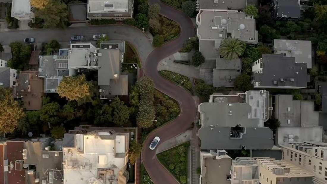 Die berühmte Kurvenstrecke Lombard Street in San Francisco aus der Vogelperspektive