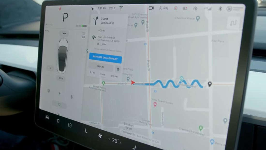 Ein Kurs durch die Lombard Street in San Francisco auf dem Bildschirm des Tesla Autopilot
