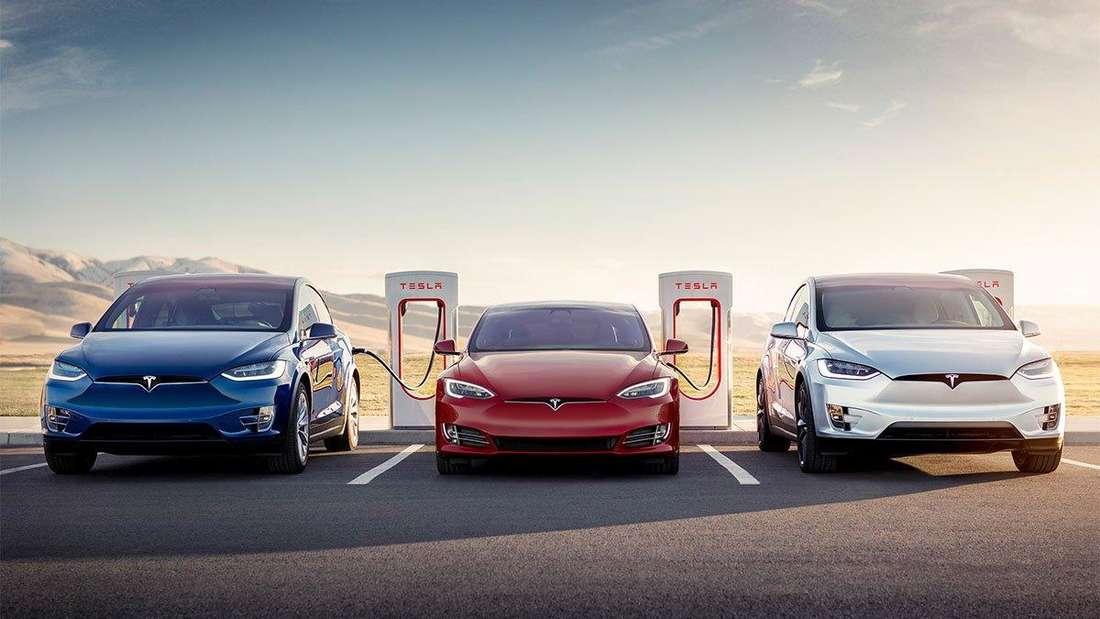 Elektroautos von Tesla laden an den Supercharger-Ladestationen des Unternehmens Strom.
