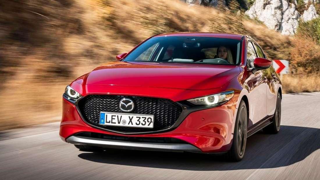 Fahraufnahme eines roten Mazda 3 Skyactiv-X 2.0 M Hybrid.