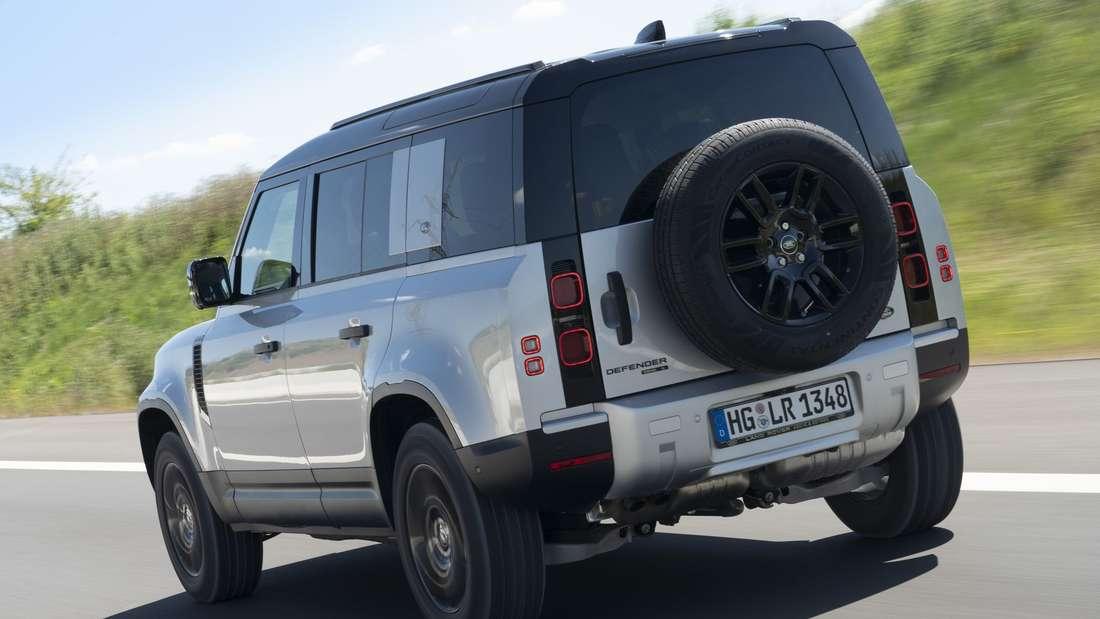 Fahraufnahme eines Land Rover Defender 110