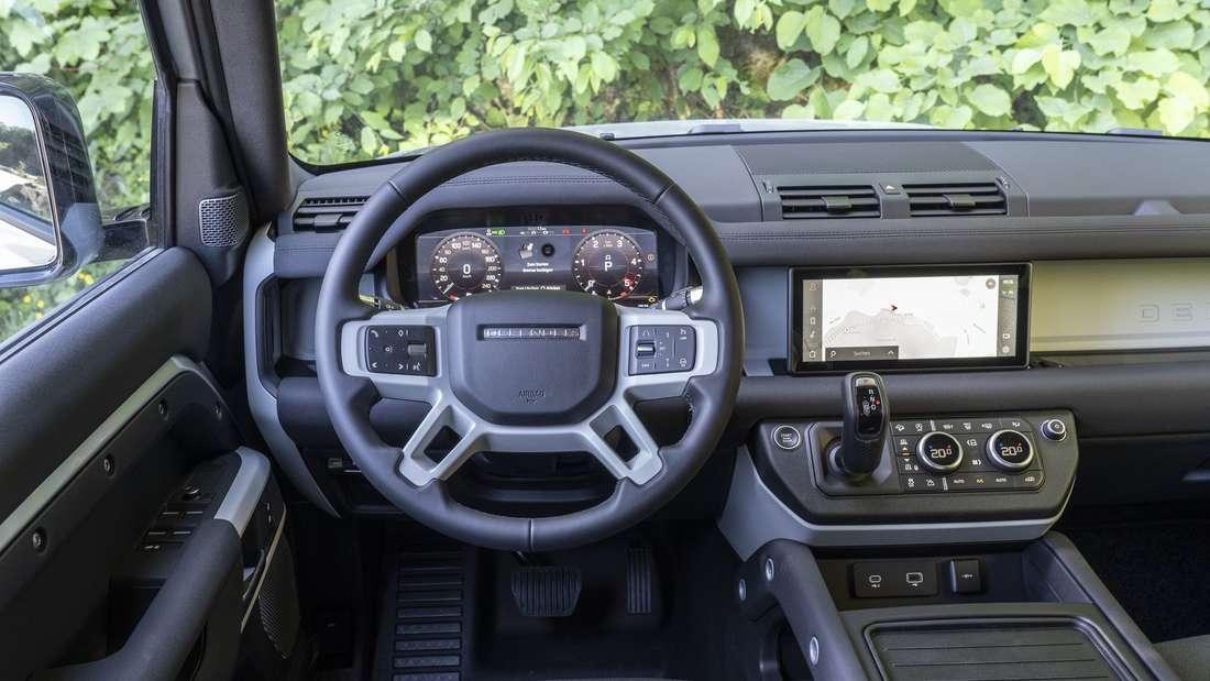 Blick in den Innenraum eines Land Rover Defender 110 P400
