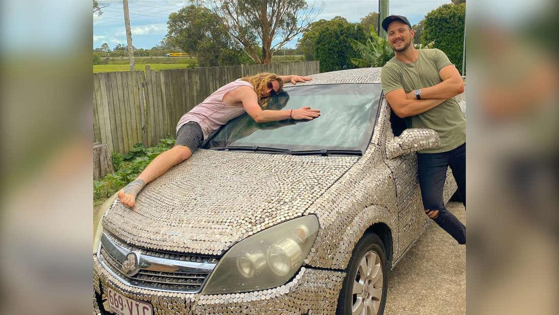 Michael Broekhuyse und Marty Sokolinski mit dem mit Münzen beklebten Holden Astra