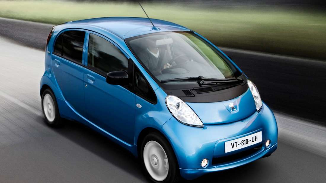 Fahraufnahme eines blauen Peugeot Ion
