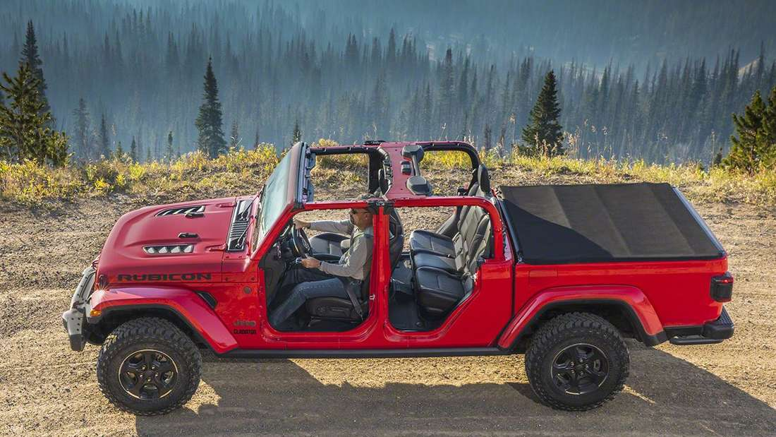 Ein roter Jeep Gladiator