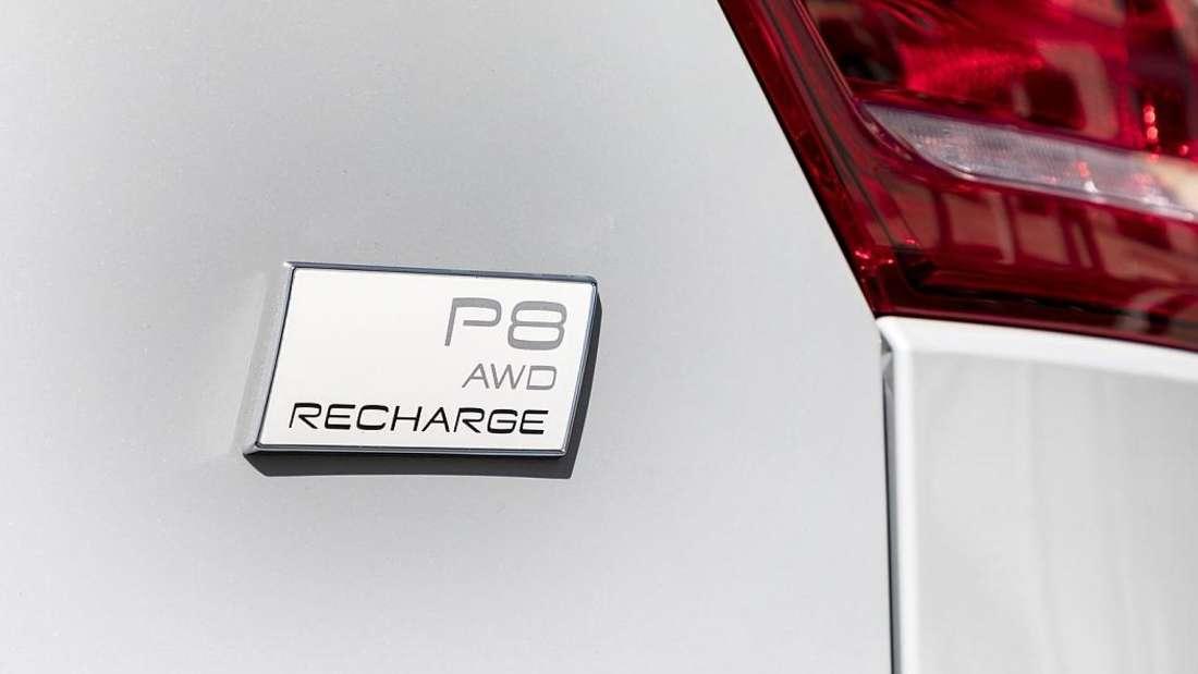 Die Modellbezeichnung am Heck eines Volvo XC40 P8 Recharge