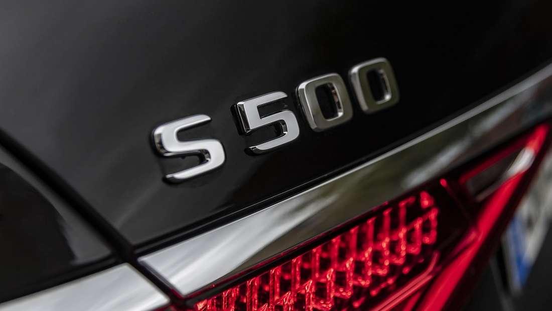 Die Heckaufschrift eines Mercedes-Benz S500