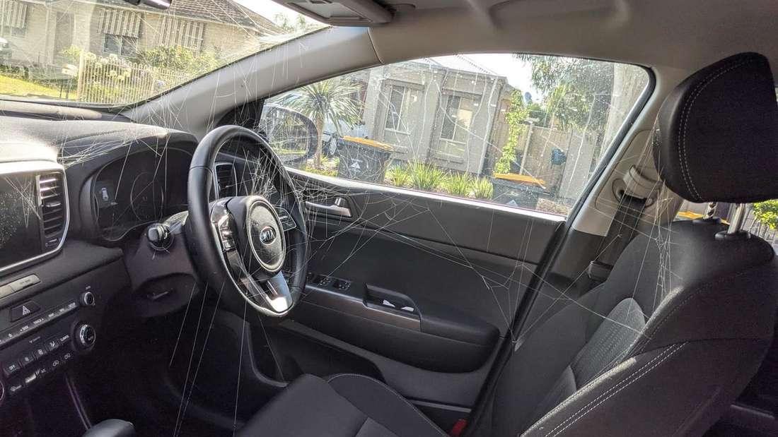 Zahlreiche Spinnweben im Innenraum eines Kia Sportage SUV