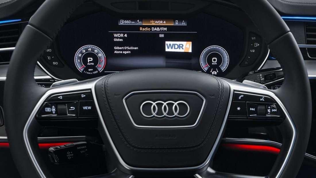 Cockpit eines Audi A8 mit eingeschaltetem DAB-Radiosender WDR 4 (Symbolbild)