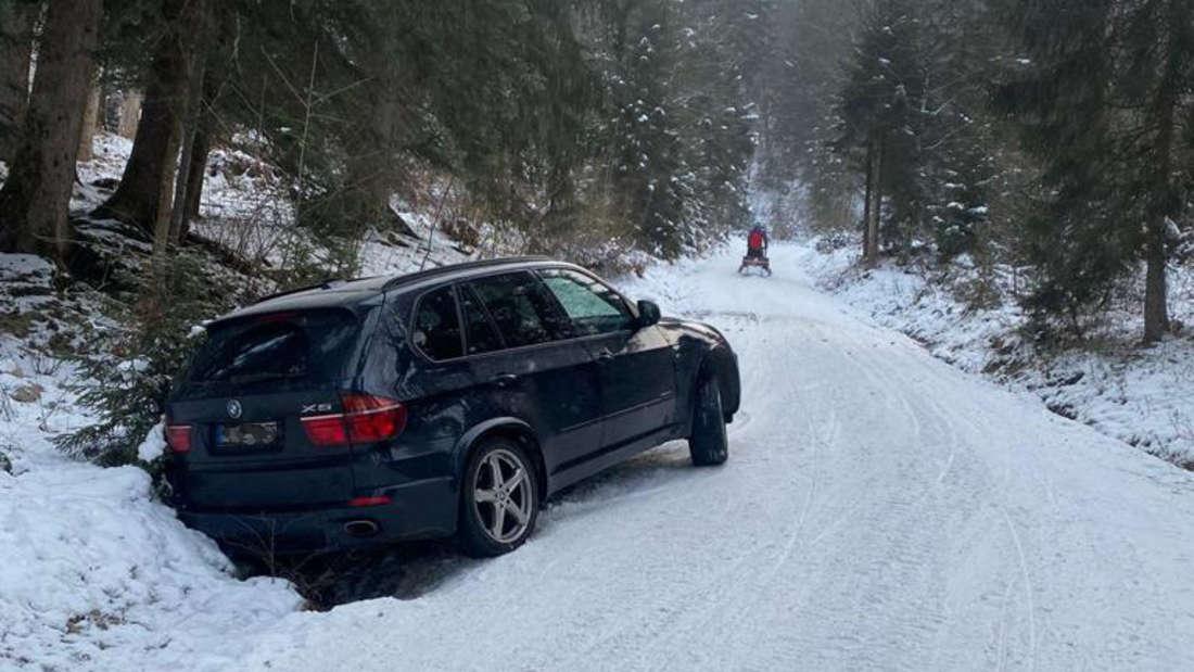 Auto im Graben auf Feldweg am Murbach/Brauneck