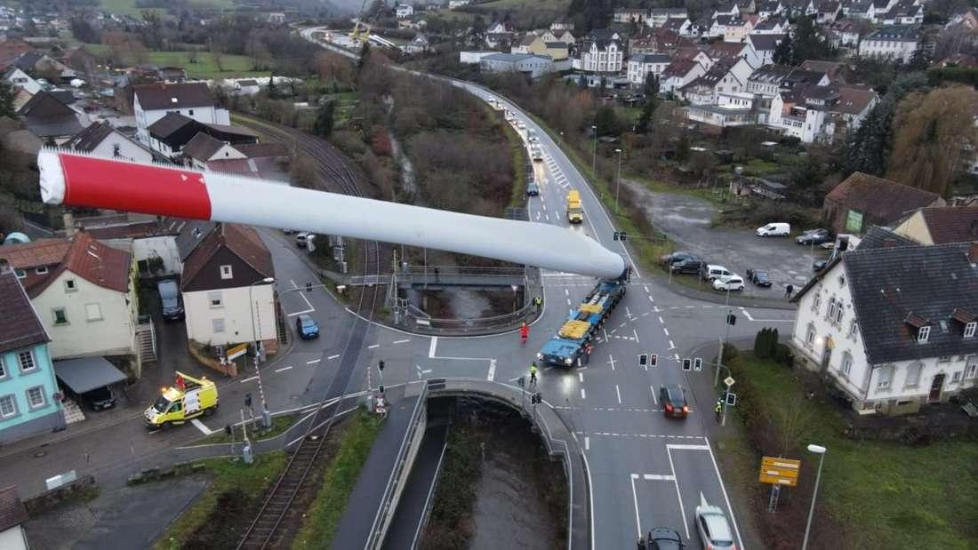 Der Transport eines riesigen Rotorblattes durch die Luxemburger Firma Peter Adams Schwertransporte