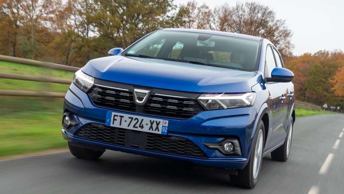 Fahraufnahme eines blauen Dacia Sandero