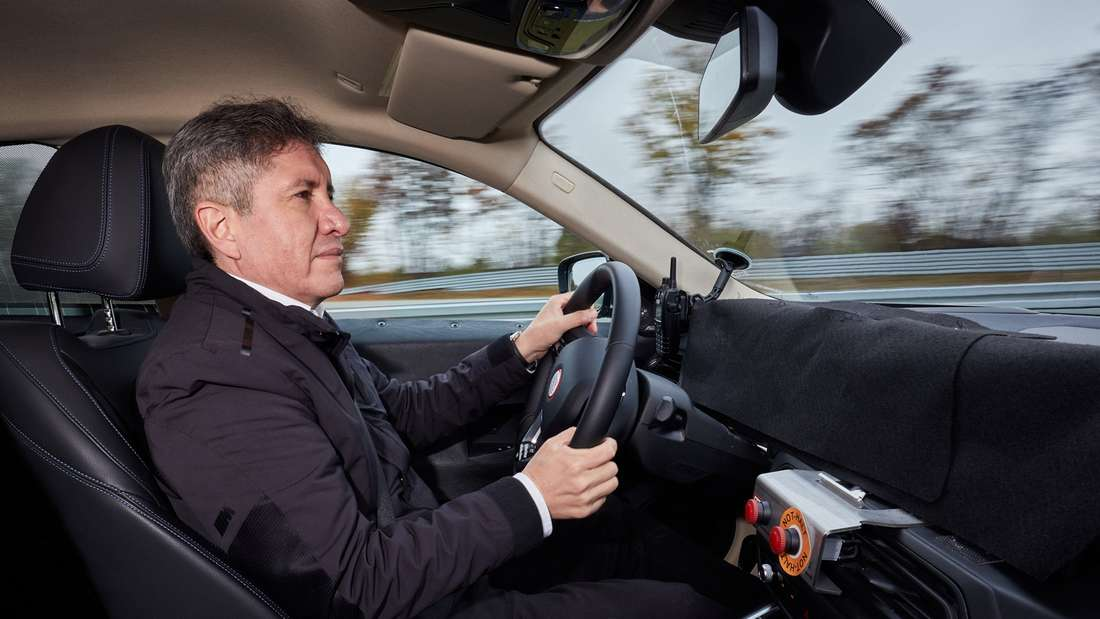 David Ferrufino steuert einen innen getarnten BMW i4.