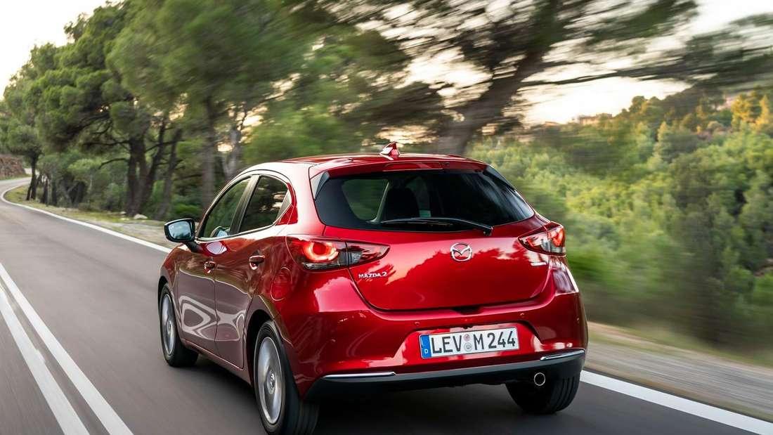Der Mazda 2 G 90 M Hybrid fährt auf einer Landstraße.