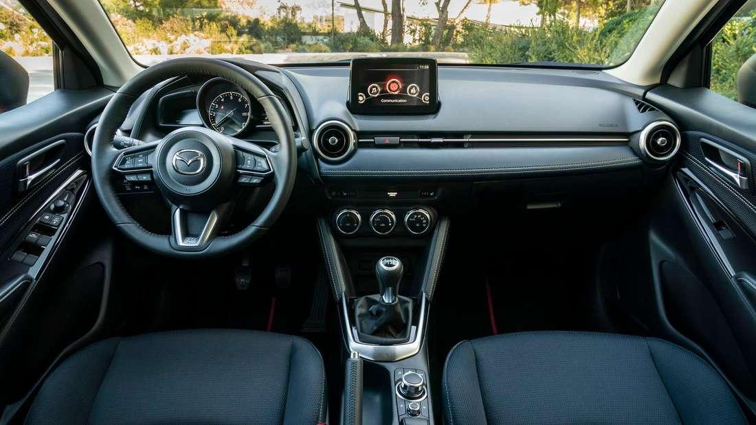 Das Cockpit des Mazda 2 G 90 M Hybrid