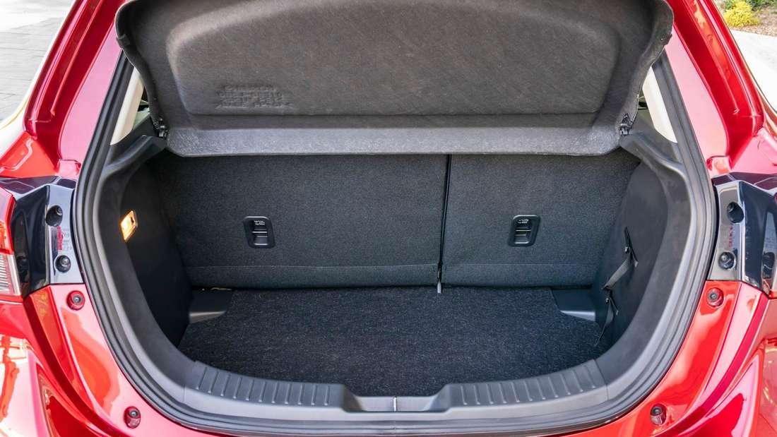Der geöffnete Kofferraum des Mazda 2 G 90 M Hybrid