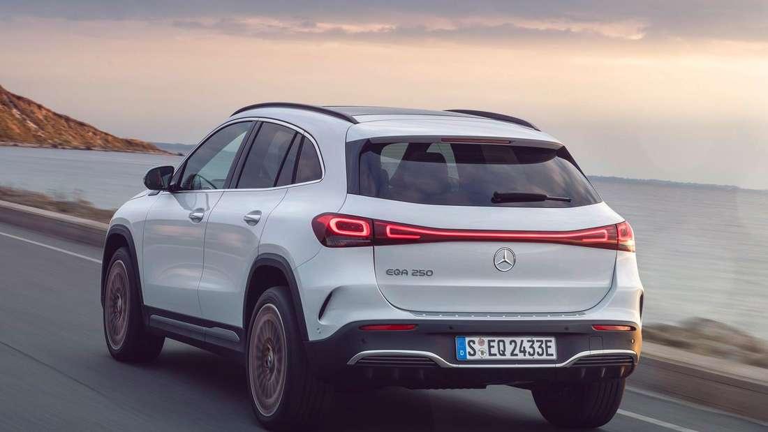 Fahraufnahme eines weißen Mercedes EQA