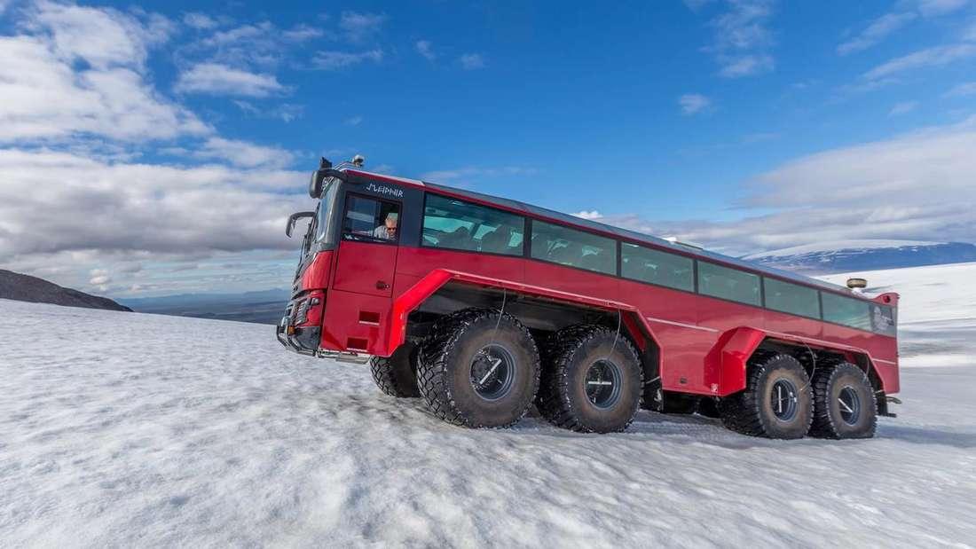 Der Sleipnir-Bus fährt auf einem Gletscher.