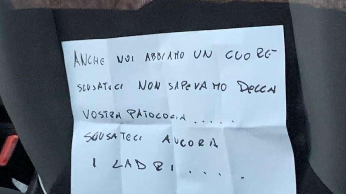 Ein Zettel auf italienisch liegt auf einem Autositz.