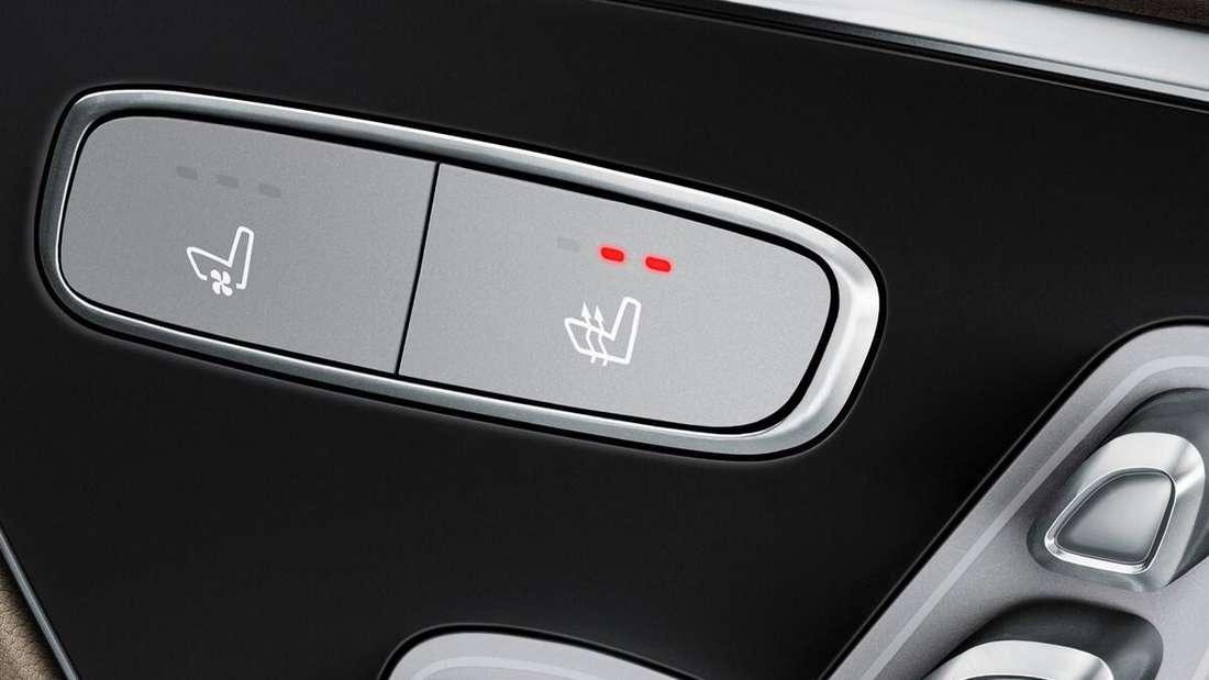 Der aktivierte Schalter für die Sitzheizung in einem Mercedes. (Symbolbild)