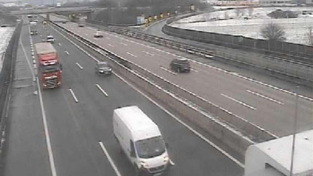 Mehrere Autos und Laster fahren die Autobahn A1 entlang. (Symbolbild)