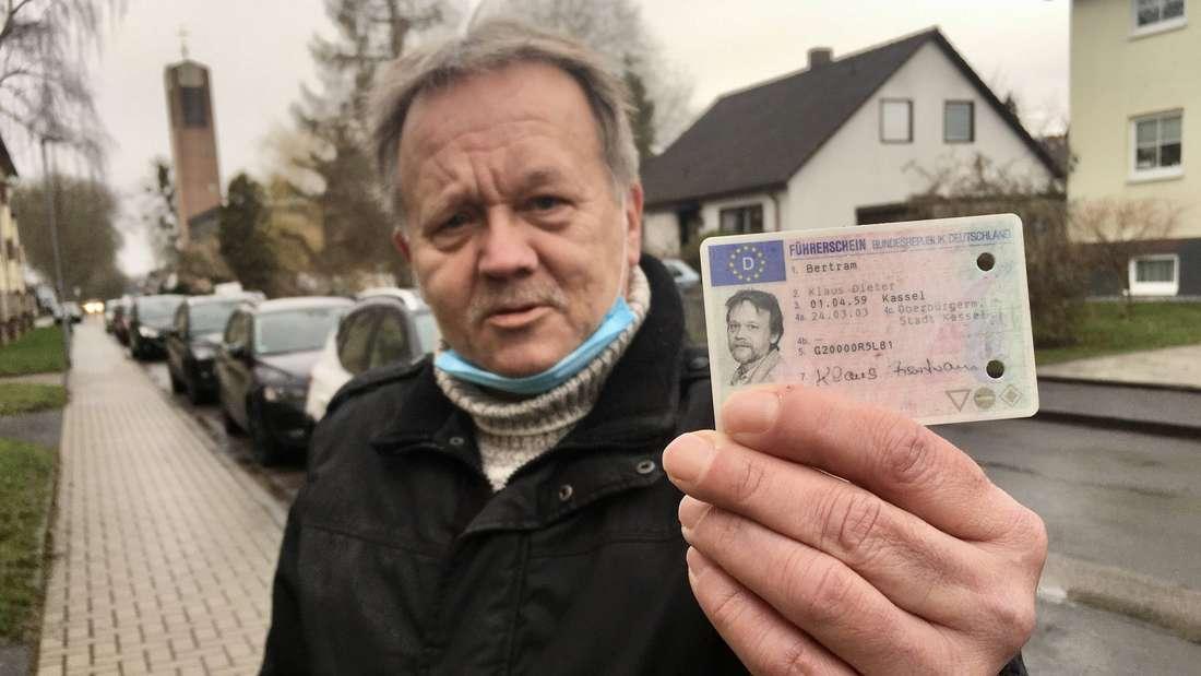 Hat seinen Führerschein freiwillig abgegeben: Klaus Bertram aus Niederzwehren hat sich nach 35 Jahren als Autofahrer von seiner Fahrerlaubnis getrennt.