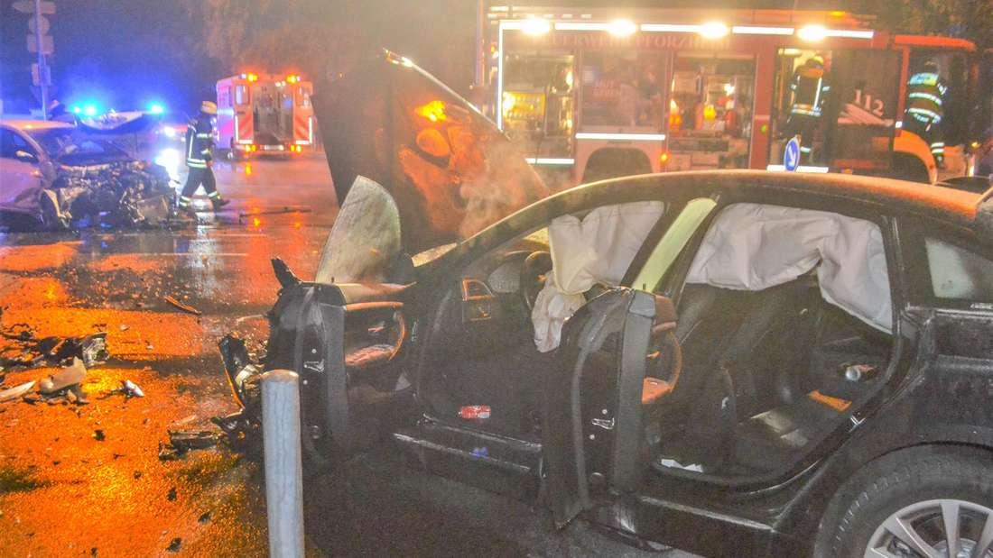 Ein Bild der Verwüstung: Autowracks an einer Unfallstelle. (Symbolbild)