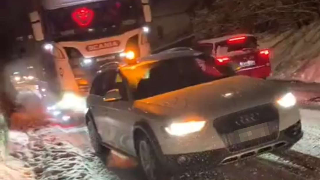 Ein Audi A4 Avant allroad schleppt einen Schwertransporter ab.