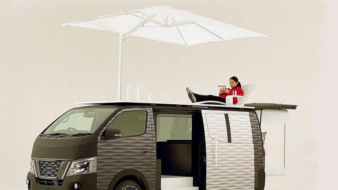 Dachterrasse des Nissan Office Pod Concept mit Liegestuhl und Sonnenschirm
