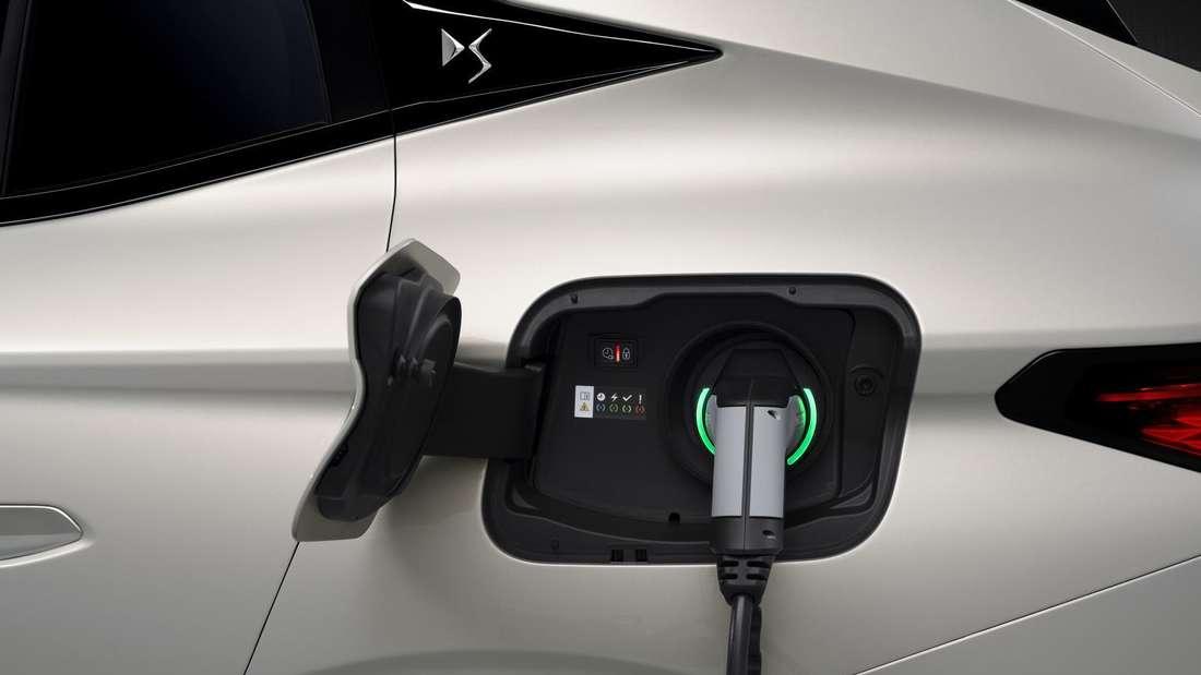 Ein DS 4 Plug-in-Hybrid wird mit einem Stromkabel geladen.