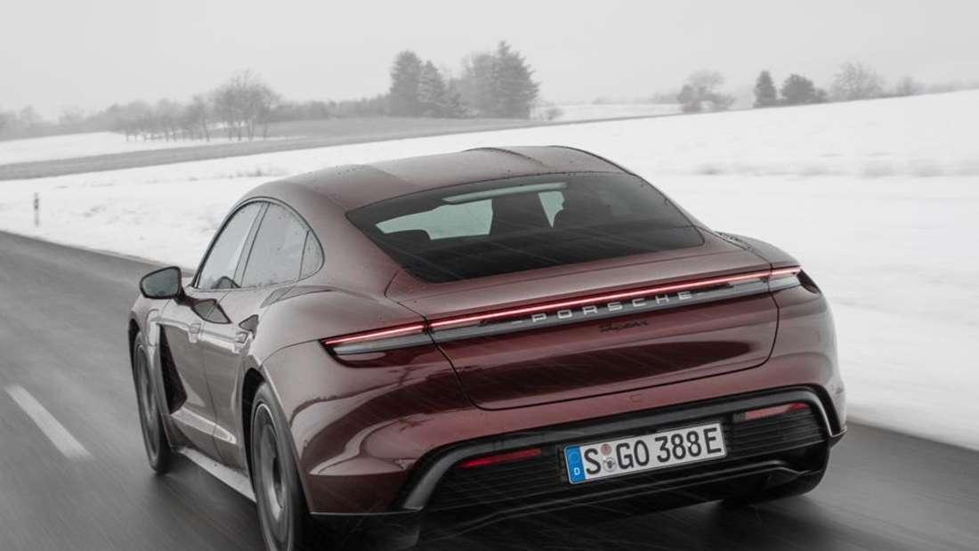 Fahraufnahme eines Porsche Taycan
