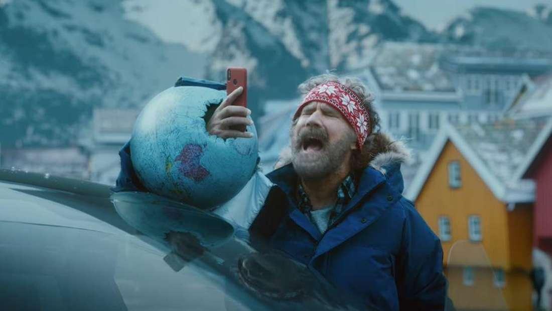 US-Schauspieler Will Ferrell schreit vor winterlicher Kulisse in sein Smartphone.