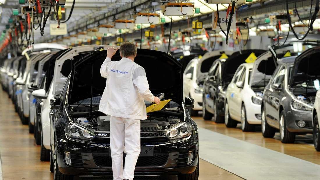 Ein VW-Mitarbeiter im Volkswagen-Werk in Wolfsburg prüft an der Fertigungsstraße von Golf und Tiguan die Fahrzeuge. (Symbolbild)