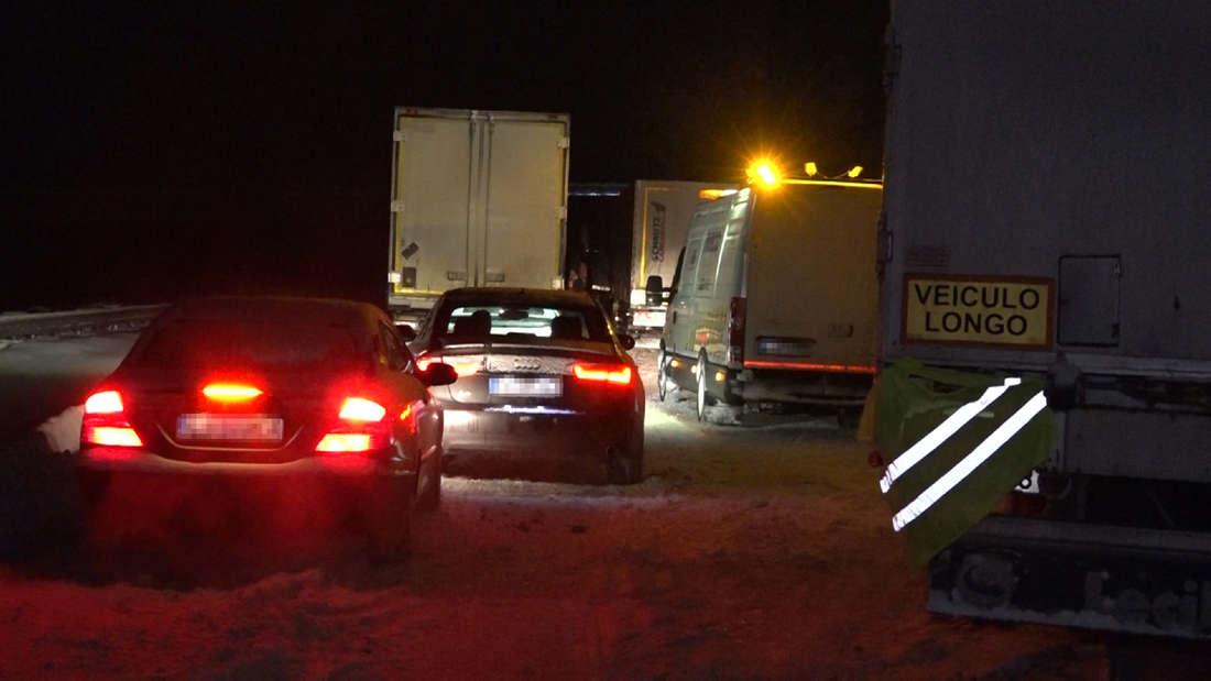 Von Schneemassen eingeschlossene Fahrzeuge stehen auf der Autobahn A2 bei Bielefeld.