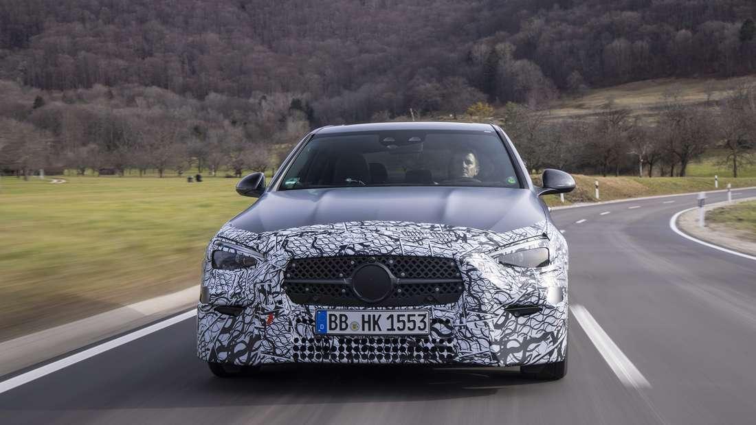 Fahraufnahme einer noch leicht getarnten Mercedes C-Klasse
