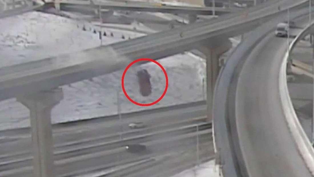 Ein roter Pick-up stürzt von einer Autobahnbrücke 21 Meter in die Tiefe.