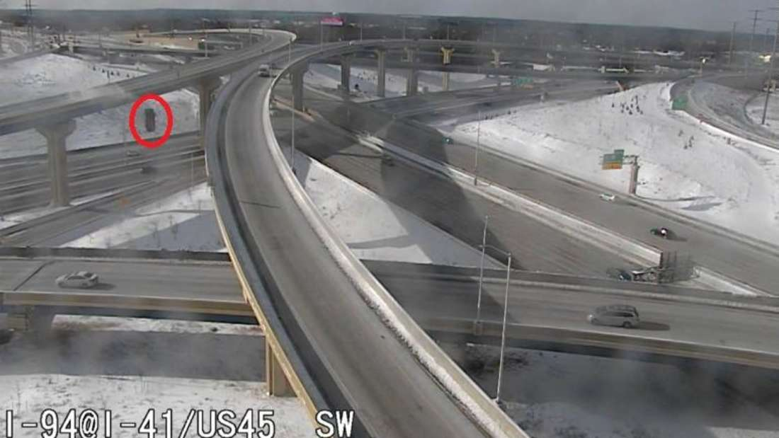 Ein roter Pick-up stürzt am Übergang zweier Interstate-Highways in die Tiefe.