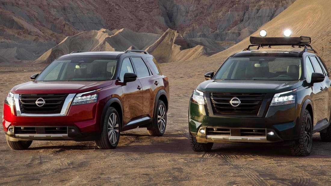 Zwei verschiedene Varianten des neuen Nissan Pathfinder stehen nebeneinander.