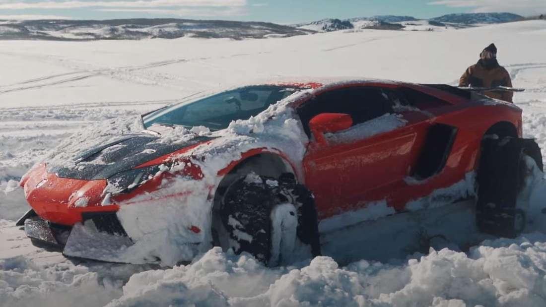 Ein auf Kettenantrieb umgerüsteter Lamborghini Aventador im Schnee