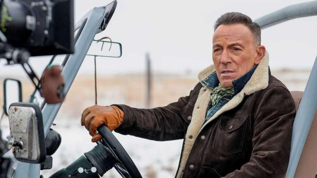 Der Sänger Bruce Springsteen sitzt in einem Jeep.