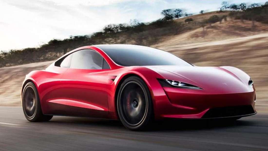 Der Tesla Roadster braust über eine Landstraße.