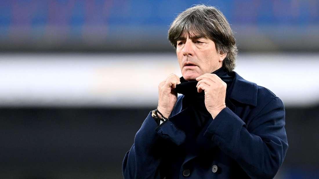 DFB-Bundestrainer Joachim Löw zieht sich den Rollkragen eines Pullovers hoch.