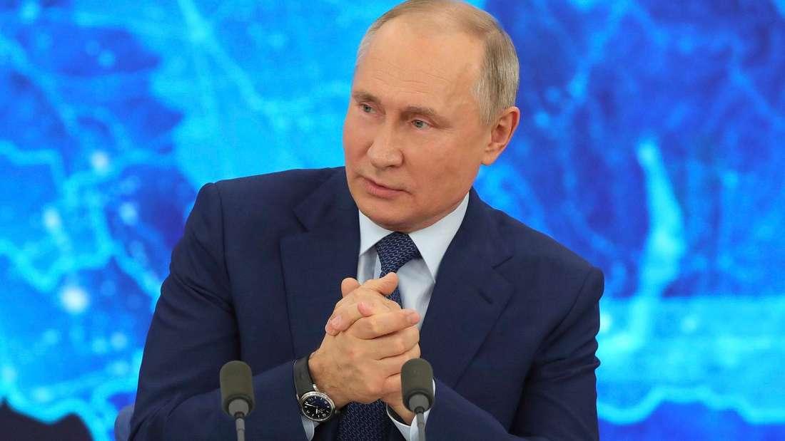 Der russische Präsident Wladimir Putin reibt sich die Hände.