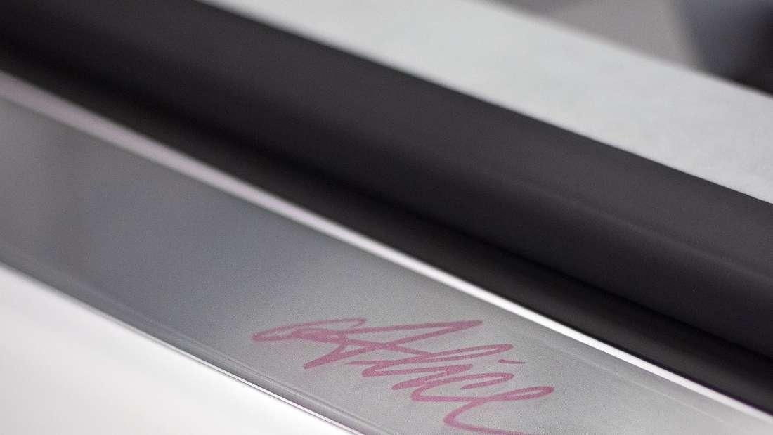 Der eingravierte Name Alice schmückt einen zum Valentinstag individualisierten Bugatti Chiron Sport.