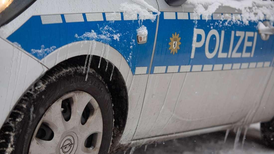 Ein Opel-Dienstfahrzeug der Berliner Polizei von dem bei frostigen Temperaturen Eiszapfen runterhängen. (Symbolbild)