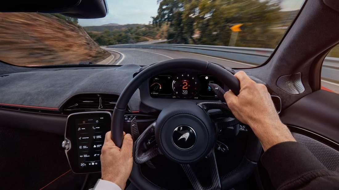 Zwei Hände am Lenkrad eines McLaren Artura