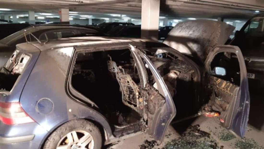Ein ausgebrannter VW Golf 4 in einer Tiefgarage
