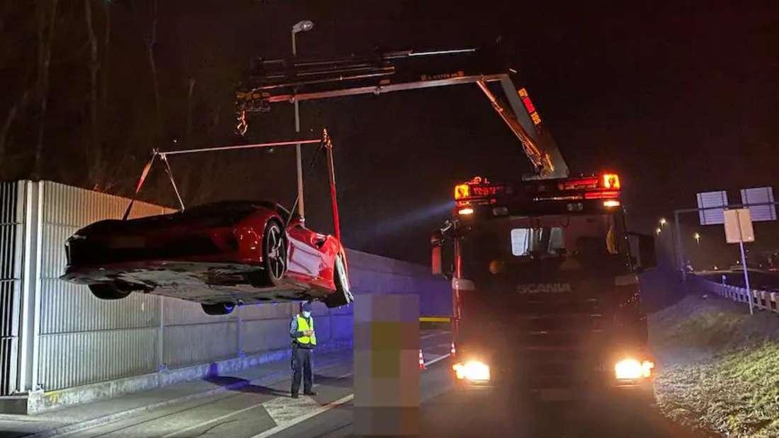 Ein geschrotteter Ferrari F8 Tributo wird abgeschleppt.